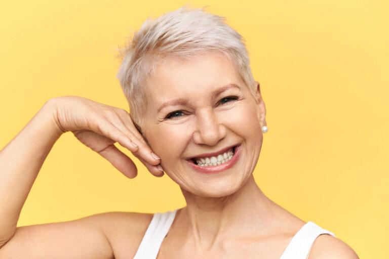 Gülen Kısa Beyaz Saçlı Kadın